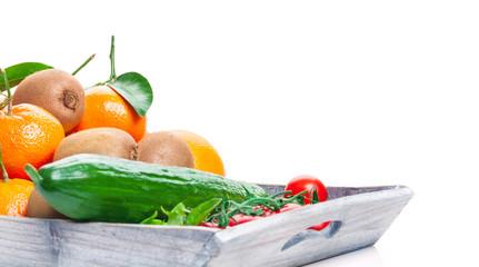 Gemüse und Obst auf Holztablett