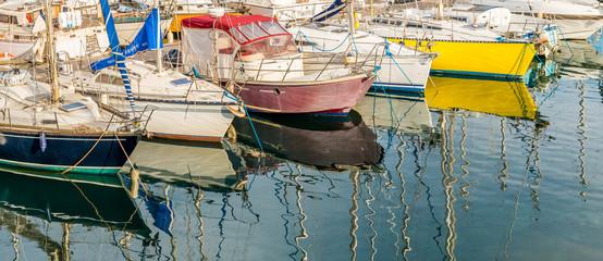 Coques de bateaux au port