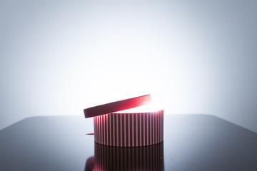 赤い縞のおもちゃ箱