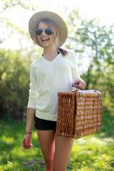 glückliche Frau mit Picknickkorb
