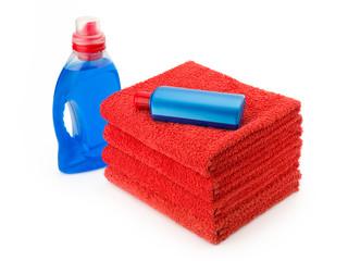 Rote Handtücher mit Reinigungsmitteln