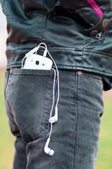 Hombre joven con telefono mobil en su bolsillo