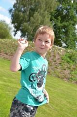 Fröhliches Kind beim Toben im Grünen