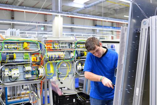 Montage von Schaltschränken in einer Fabrik - 79856287