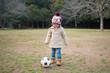 サッカーボールで遊ぶ少女