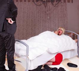 Mann findet seine Frau im Bett mit fremden Mann