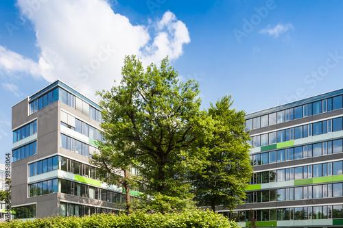 Leinwanddruck Bild Bürogebäude in Deutschland  - Gebäude und Bäume