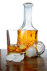 Whiskey Irlandese, whisky, sfondo bianco, bicchiere e ghiaccio