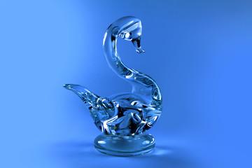 Szklany łabędź na błękitnym tle.