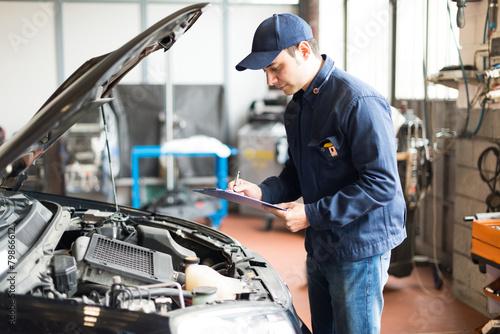 Deurstickers Fietsen Mechanic at work in his garage