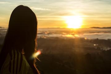 mujer ve el amanecer