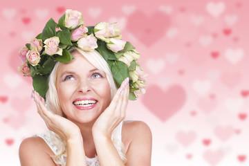 Glückliche Frau mit Blumenkranz im Haar