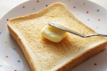 バタートースト  バターを塗る
