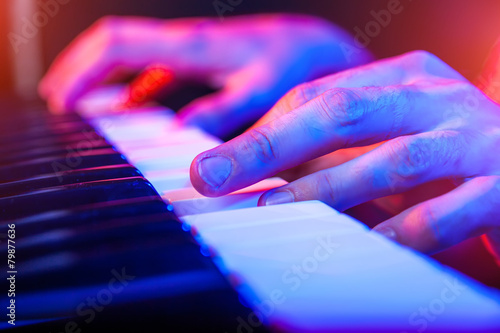 Leinwanddruck Bild hands of musician playing keyboard in concert with shallow depth
