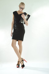 Junge Frau trägt kleines Schwarzes