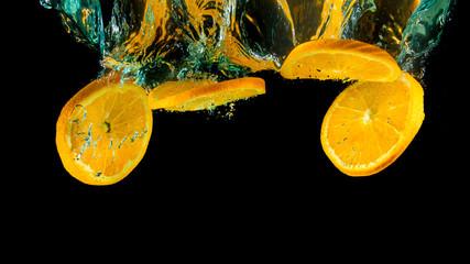 Orangen fallen ins Wasser