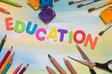 Bunte Buchstaben, Buntstifte, Pinsel, Education