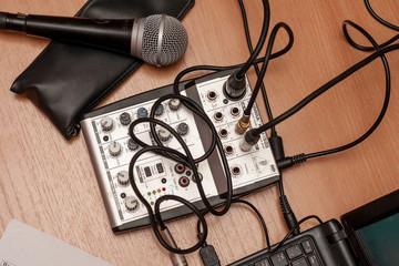 Музыкальное оборудование микшер и микрофон