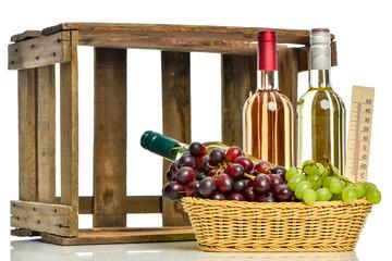 Holzkiste mit verschiedenen Weinsorten