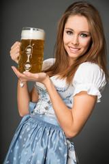 junge Frau mit einer Maß Bier