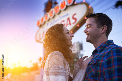 Fototapeta romantic couple in front of welcome to las vegas sign