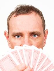 Mann mit aufgefächerten Spielkarten