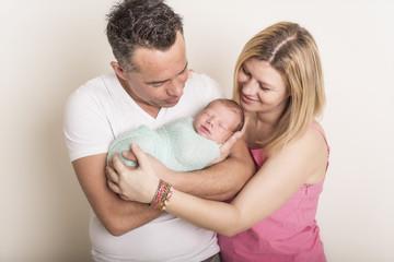Newborn Familien Baby lächelt