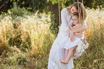 Беременная мама обнимает дочку