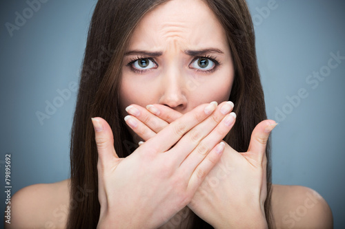 Woman covering mouth - 79895692