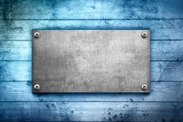 piastra metallo su legno azzurro
