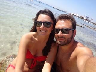 Giovane coppia al mare mentre fanno un selfie