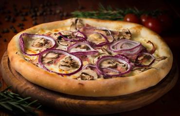 Пицца с беконом грибами и луком