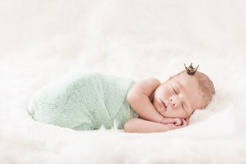 Newborn Baby schlafend mit Krone