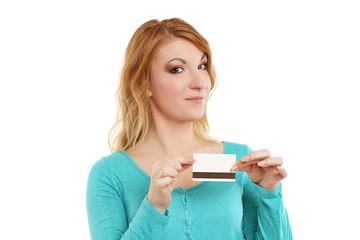 junge Frau hält Geldkarte