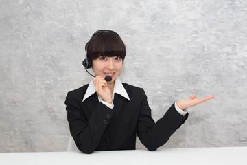 コールセンターの女性スタッフ