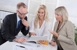 Meeting oder Besprechung im Büro: zwei Frauen, ein Mann