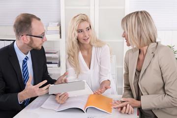 Argumentation und geschäftliche Zusammenarbeit: Menschen im Büro