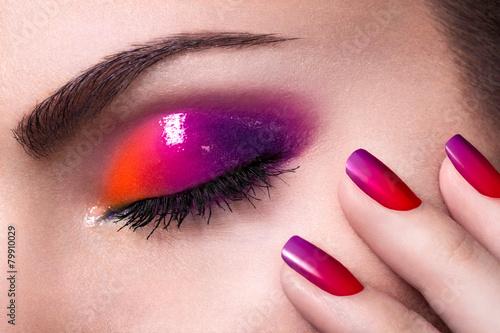 Close-up shot of an eye - 79910029