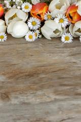 Blumen auf Holzhintergrund