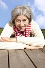 Attraktive ältere Frau im Freien