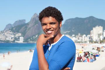 Sympathischer Latino am Strand von Ipanema