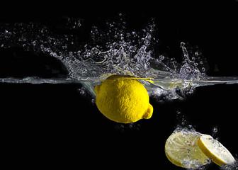 Früchte in Wasser Splash