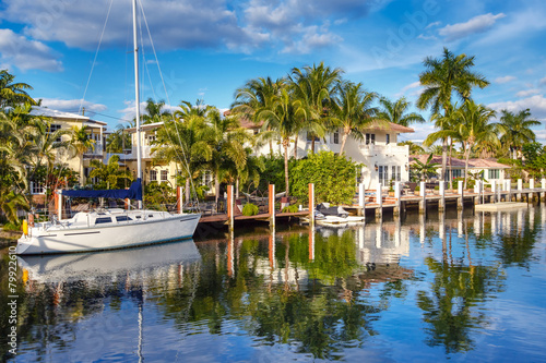 Leinwanddruck Bild Expensive yacht and homes in Fort Lauderdale