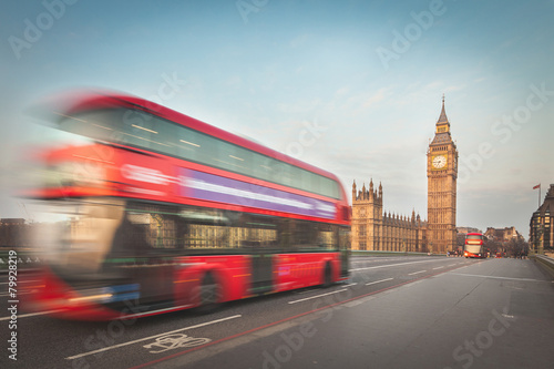 In de dag Londen rode bus Blurred double decker with Westminster and Big Ben on background