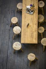 Hocker im Restaurant mit Holztisch