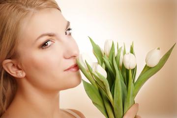 blonde Frau mit Tulpen
