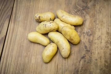 Haufen Kartoffel auf Holzplatte