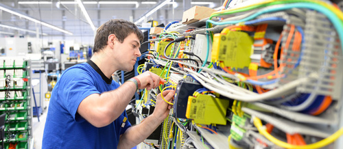 Montage durch Facharbeiter in einer Hightech Fabrik - 79943425