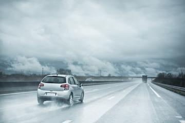 voiture pluie autoroute