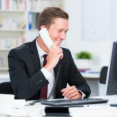 geschäftsmann kommuniziert am telefon